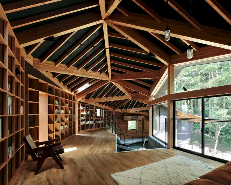 Phase Dance: A Crescent-Shaped House Designed Around a Tree